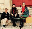 """Amb l'equip d' """"Omumbo Rombomba"""": el narrador Alexander Hernández (esquerra) i el percussionista Paco Montañés (centre). Abril 2016."""