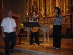 Rebent unes roses de la mà del president dels Amics de La Riba en finalitzar el concert. Foto: Ramón Gausset